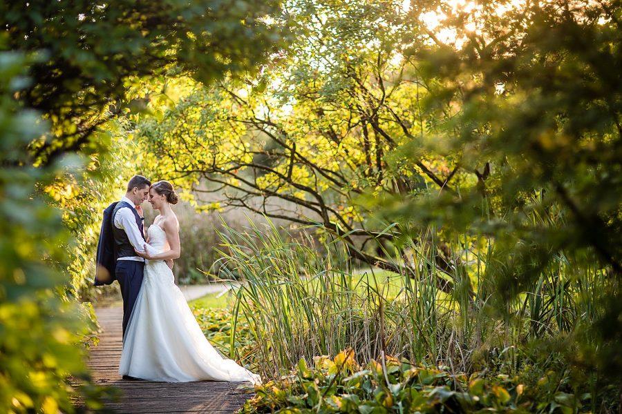 Bruidspaar knuffelt golden hour arboretum Bokrijk