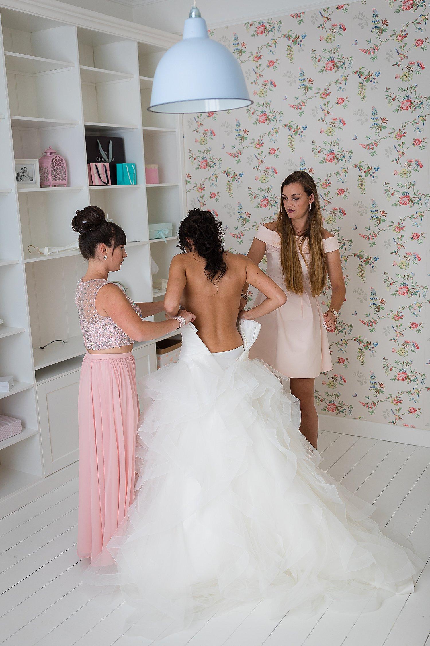 Aankleden-bruid-slaapkamer - Huwelijksfotograaf Ronny Wertelaers