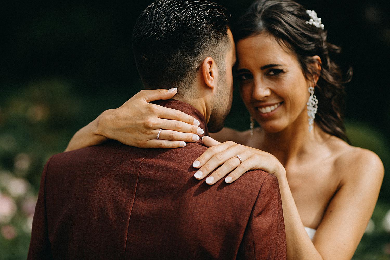 huwelijksreportage portret bruidspaar in tuin De Barrier