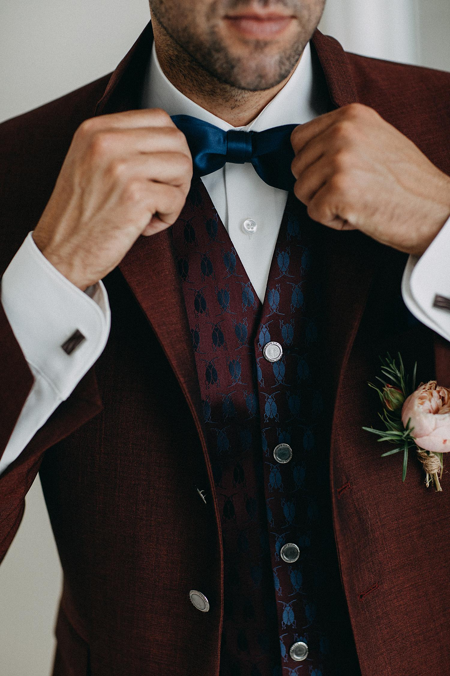 bruidegom knoopt strik huwelijk