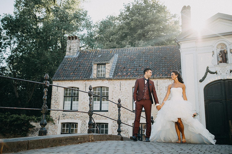 Brugge bruidspaar wandelt over oude brug