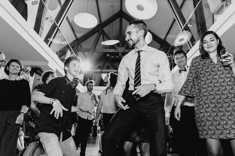 gasten maken plezier op dansvloer huwelijk