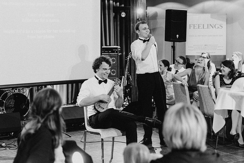 vriendin geven muziek voorstelling huwelijksfeest