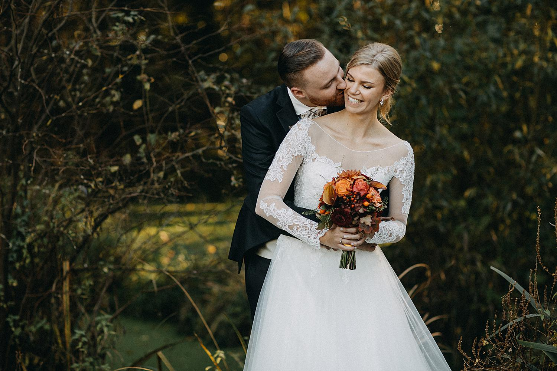 bruidegom kust bruid in tuin
