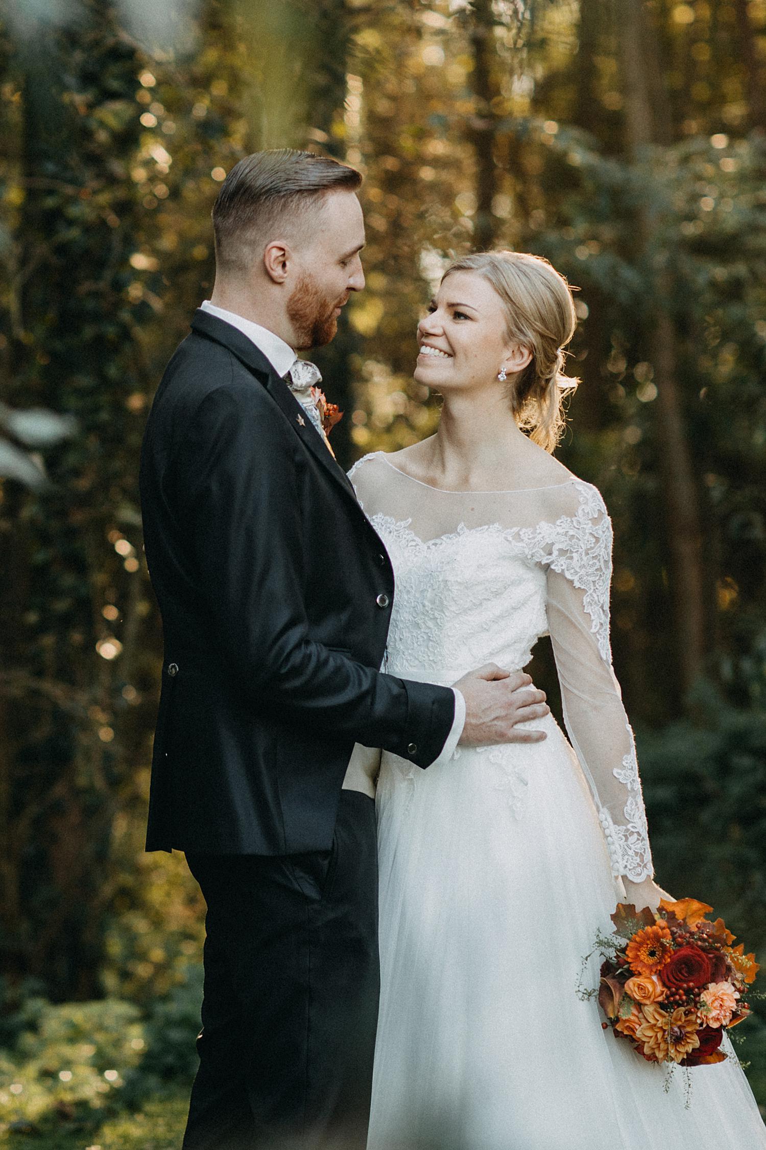 bruidspaar poseert in tuin Fonteinhof
