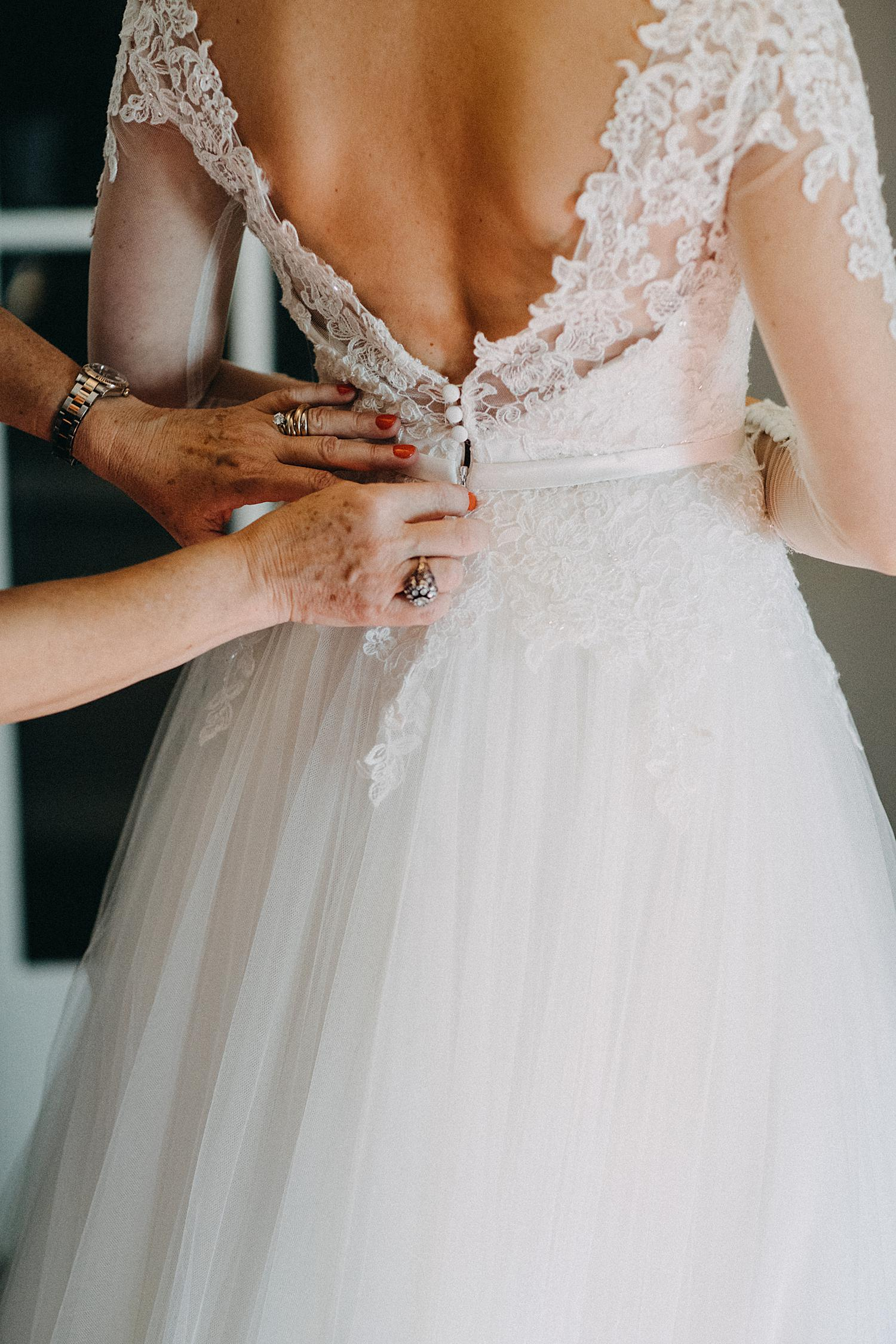 Dichtknopen bruidsjurk