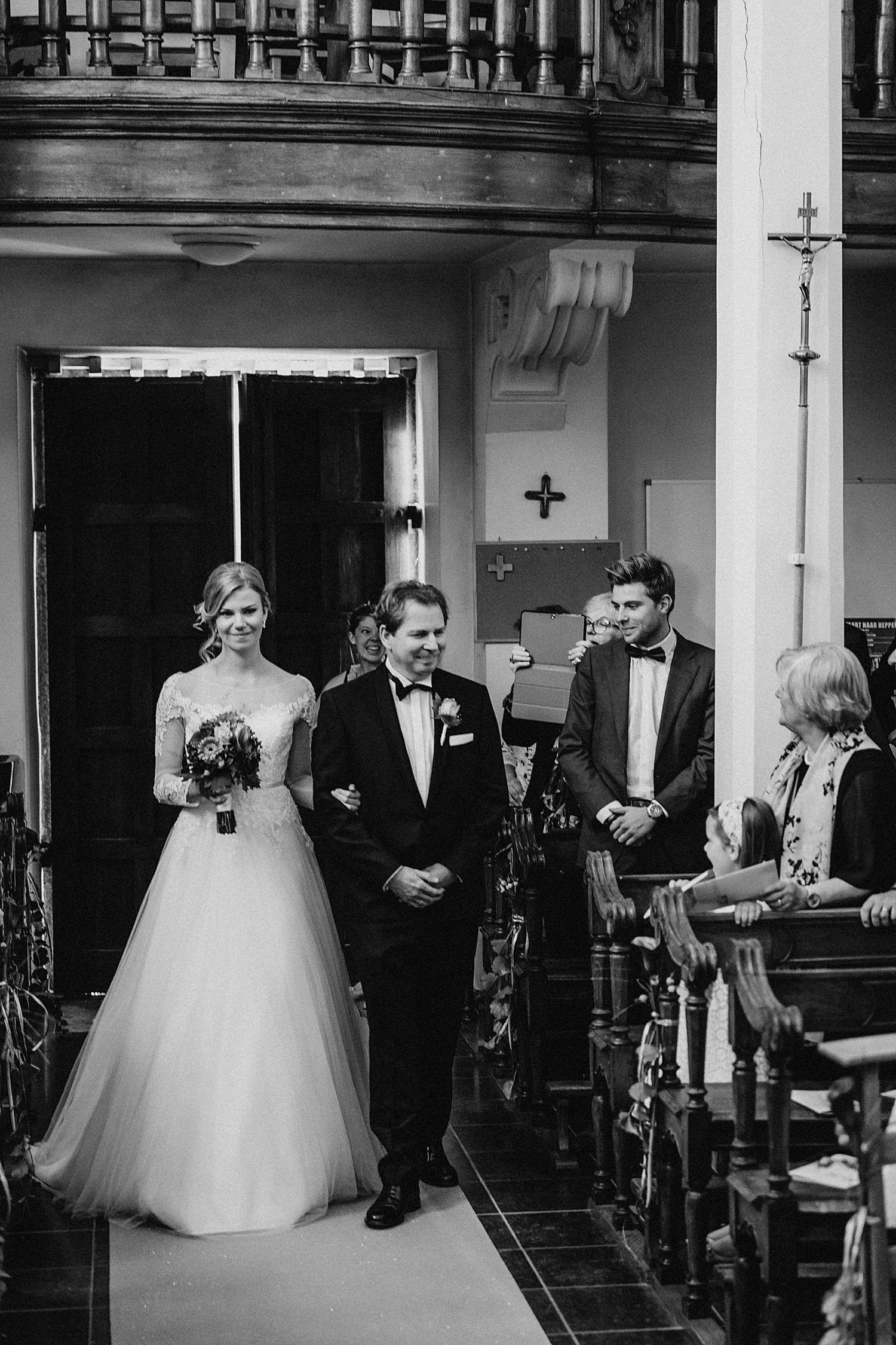 Uittrede kerk bruid en bruidegom