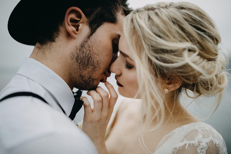 detail bruidspaar kus