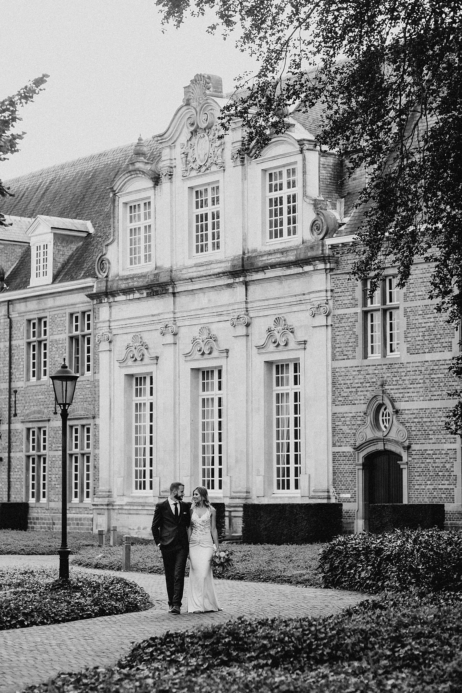 bruid en bruidegom wandelen in park Lommel