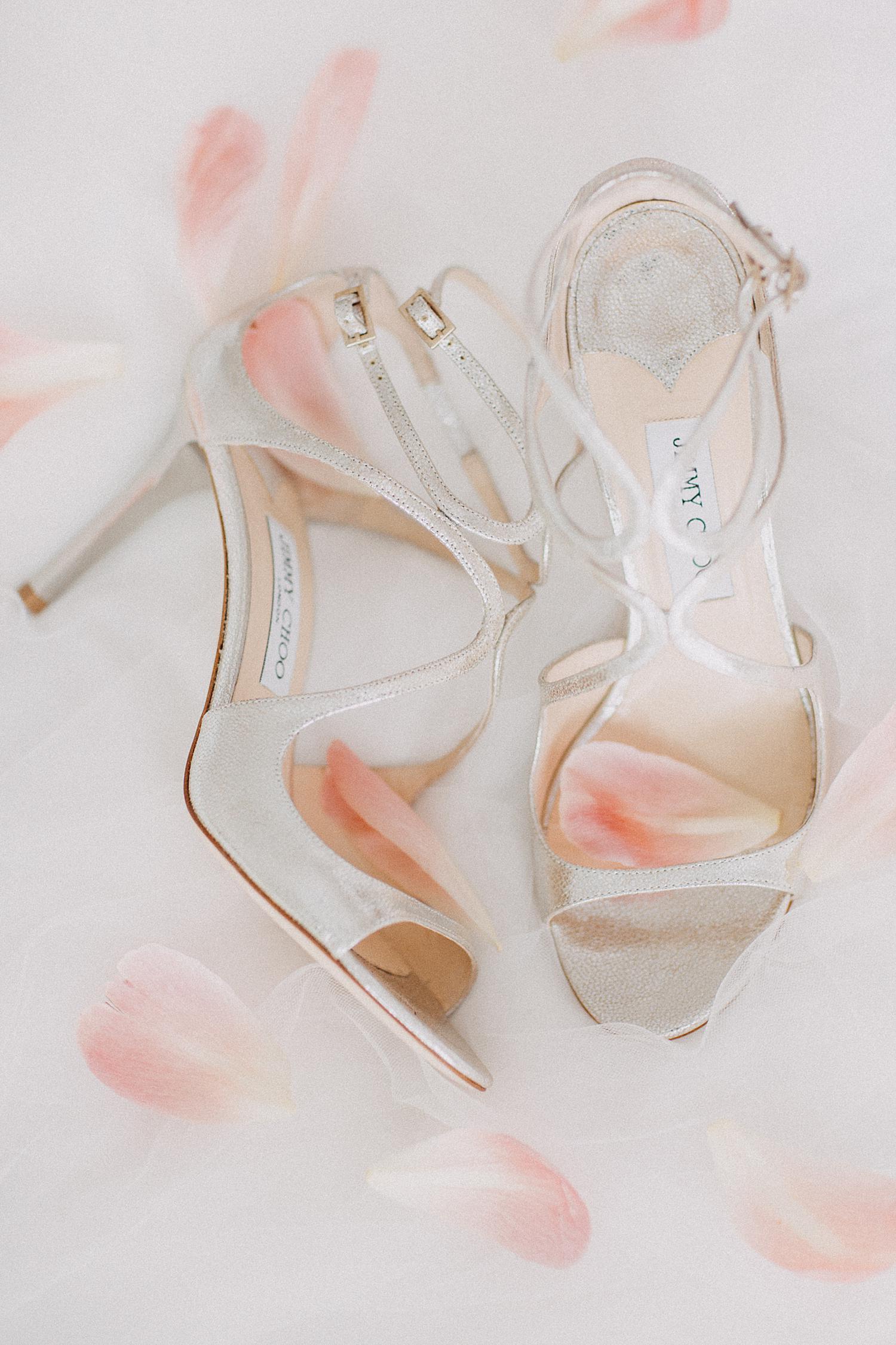 bruidsschoenen met roze pioenrozen blaadjes