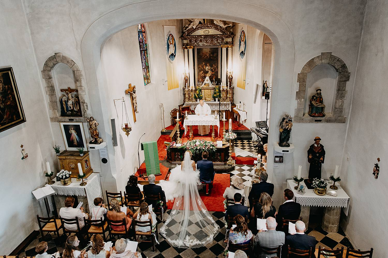 bovenaanzicht op bruidspaar in kerk