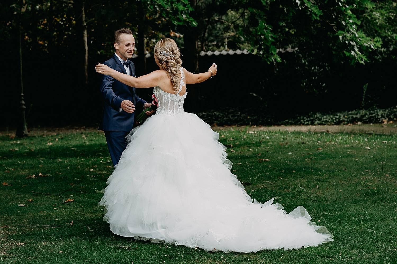 bruid omhelst bruidegom first look