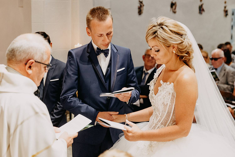 bruidegom geeft ja-woord in kerk