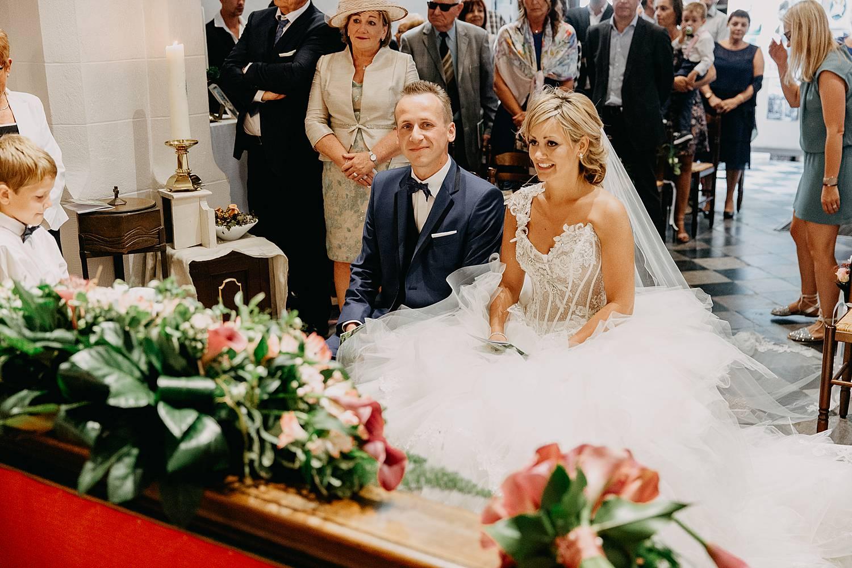 bruidspaar in kerk voor altaar