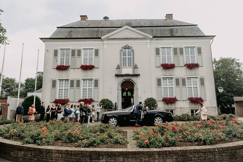 Bruidswagen stopt voor gemeentehuis