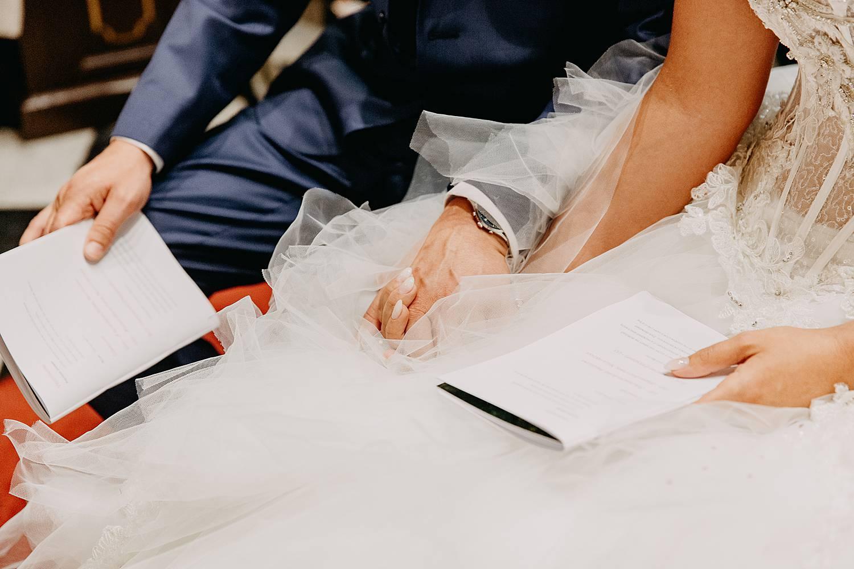 detail handen van bruidspaar in kerk