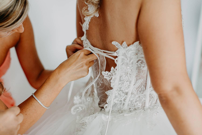 Dichtknopen witte bruidsjurk bruid