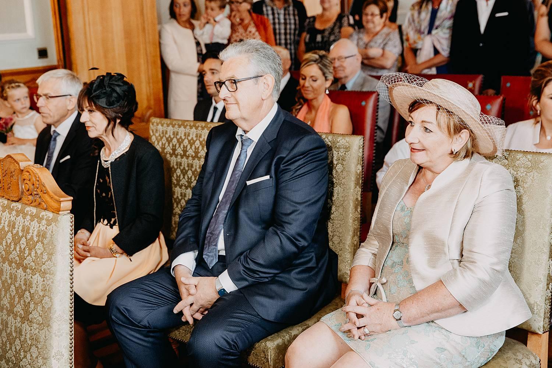 familie kijkt naar huwelijk in gemeentehuis