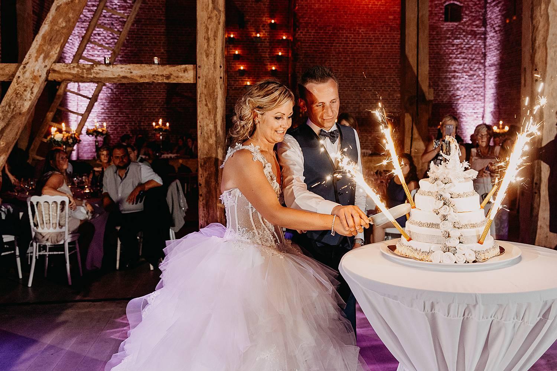 Kasteel van Hoen aansnijden bruidstaart met vuurwerk door het bruidspaar