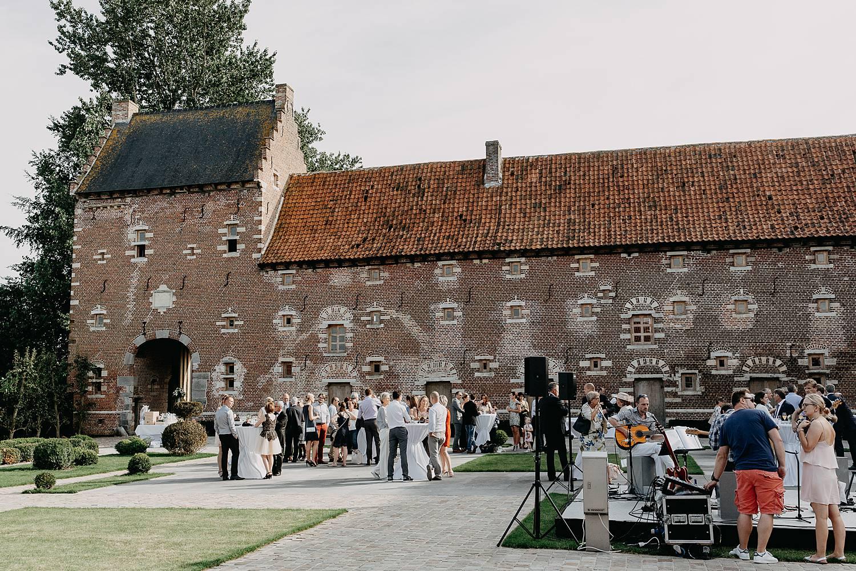 Kasteel van Hoen binnenplein met gasten van huwelijk