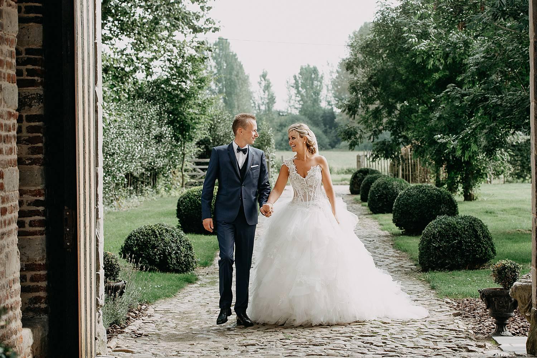 Kasteel van Hoen bruidspaar wandelt over de dreef