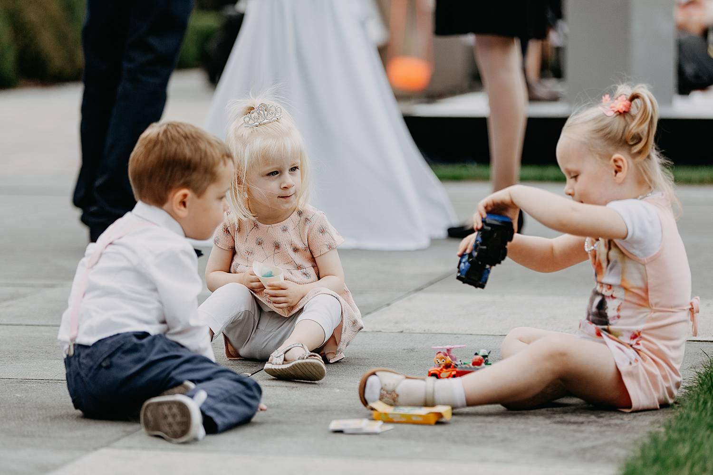 Kasteel van Hoen buitenreceptie bruidskindjes spelen op de grond
