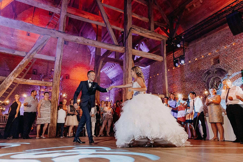 Kasteel van Hoen openingsdans bruidspaar danst