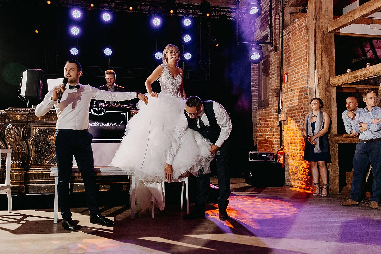 Kasteel van Hoen trouwfeest bruid staat op tafel