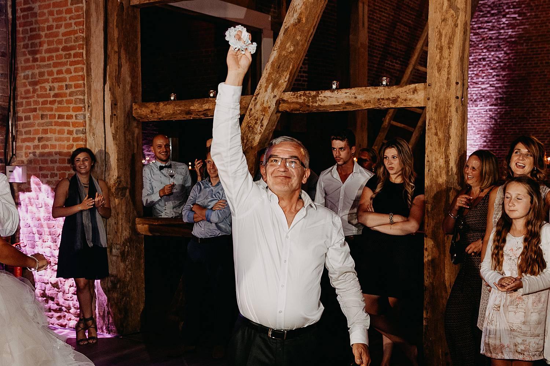 Kasteel van Hoen trouwfeest gast heeft kousenband bruid