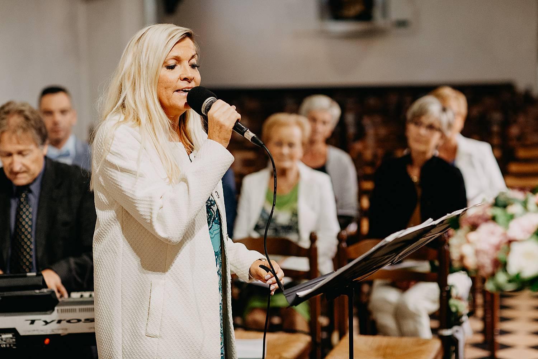 live zang tijdens kerkelijk huwelijk