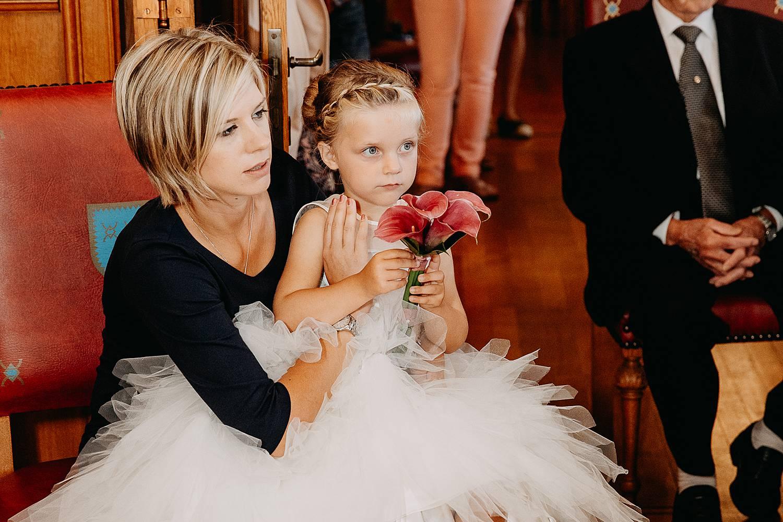 moeder met bruidsmeisje op schoot