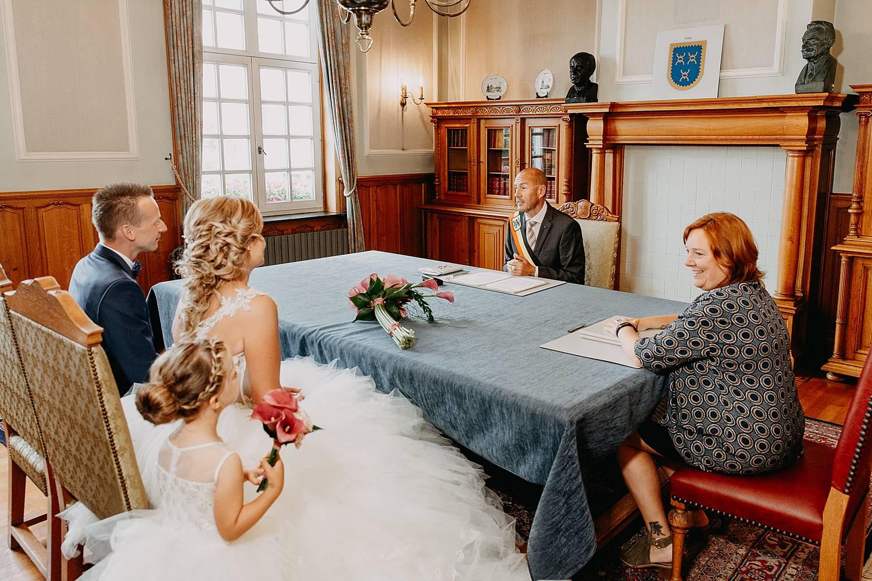 Schepen spreekt bruidspaar in trouwzaal