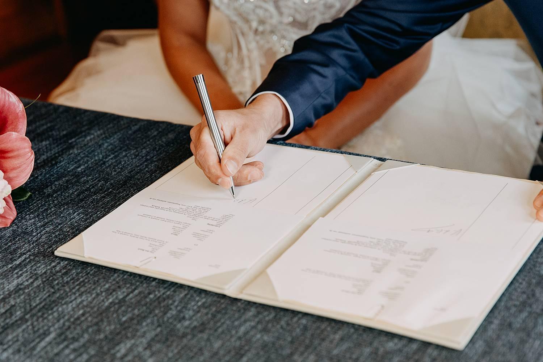 tekenen huwelijksakte in gemeentehuis