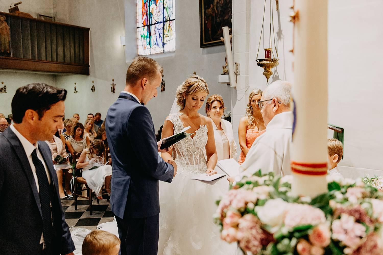trouwkoppel geeft ja-woord in kerk