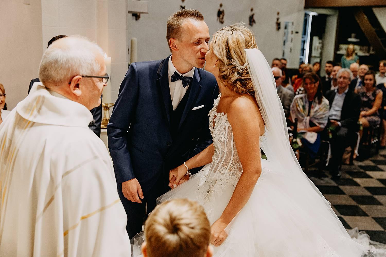 trouwkoppel kust in kerk bij huwelijk