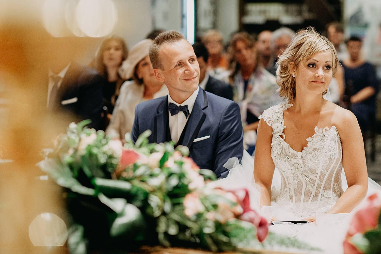 trouwkoppel lacht tijdens kerkelijk huwelijk