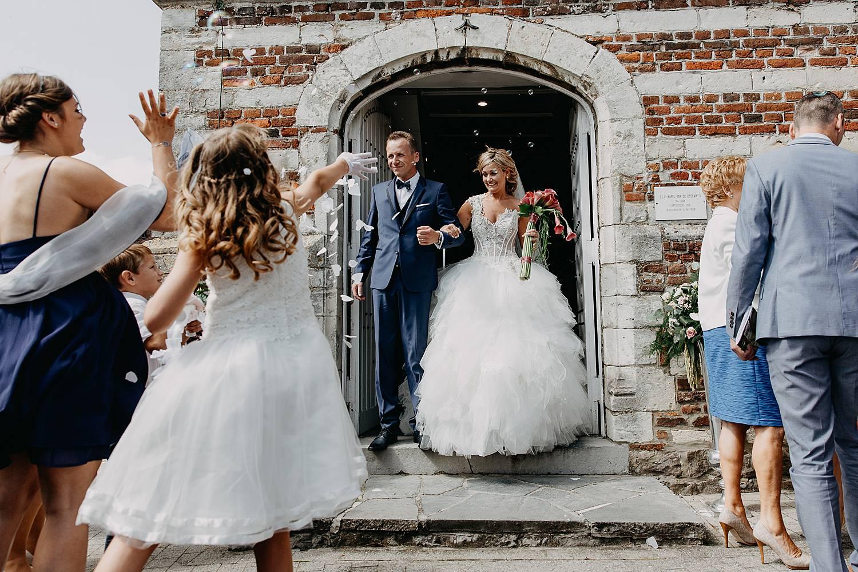 Uittrede bruidspaar kerk na huwelijk met confetti