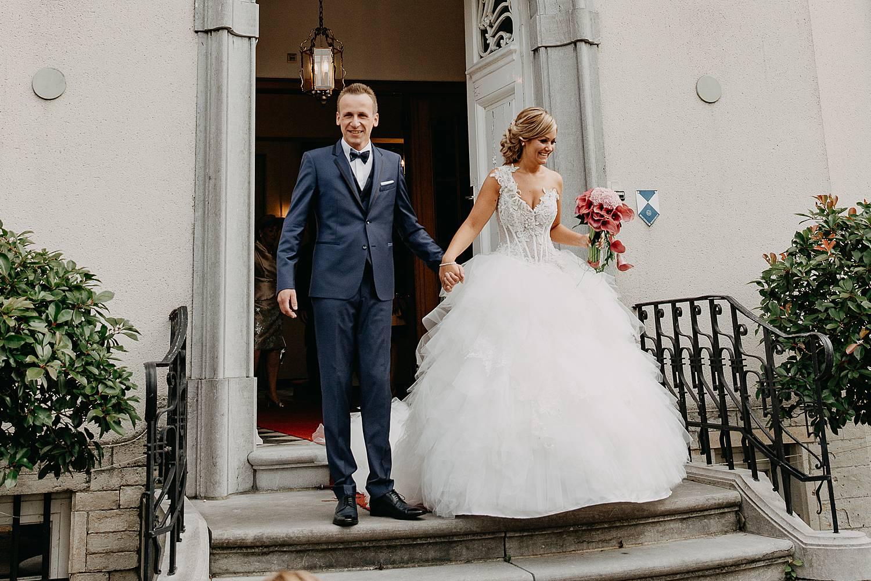 uittrede bruidspaar uit gemeentehuis