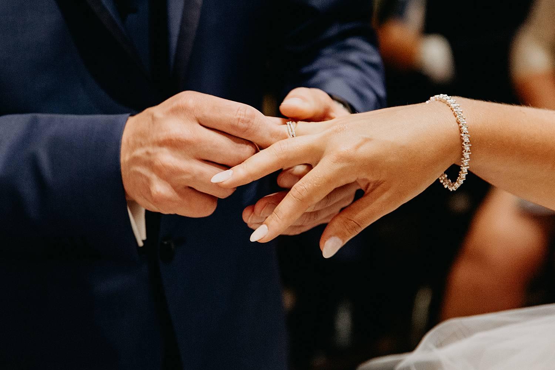 uitwisselen trouwringen in kerk