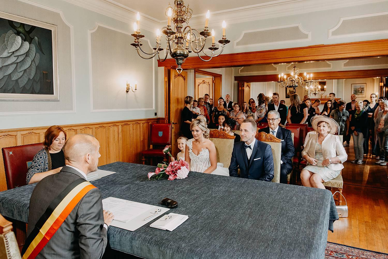 Wettelijk huwelijk bruidspaar in trouwzaal
