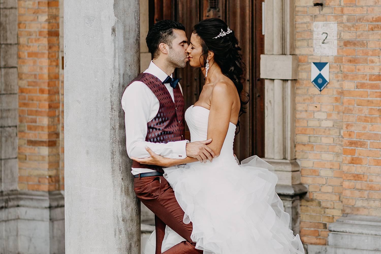 Brugge trouwreportage bruidspaar tegen stenen zuil