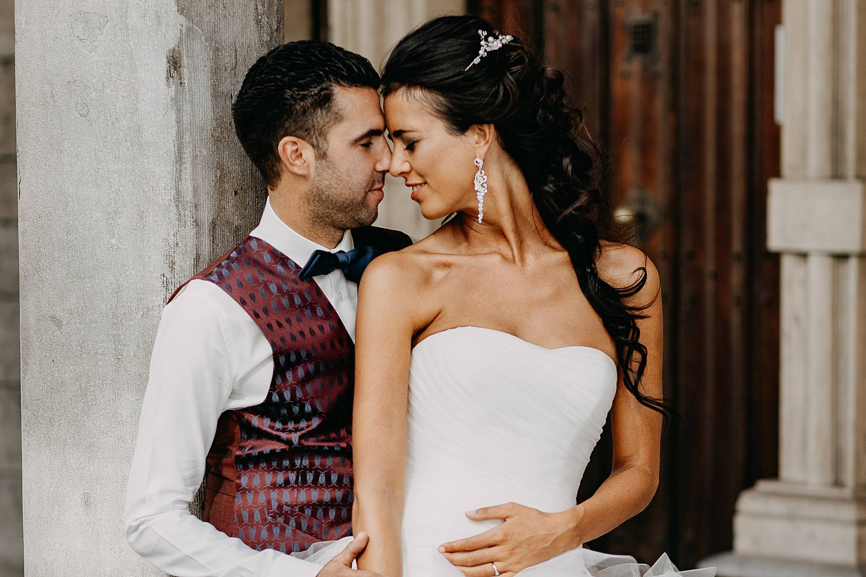 Brugge trouwreportage bruidspaar knuffelt onder stenen boog