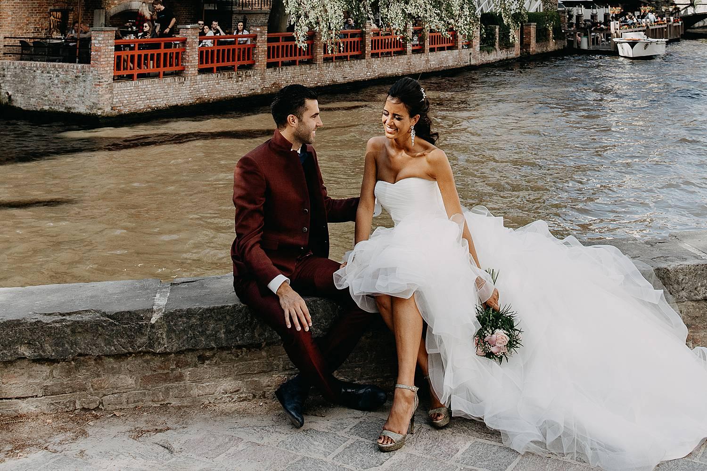Brugge huwelijksreportage bruidspaar voor rivier