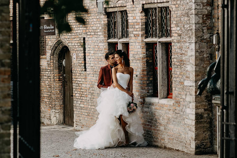 Brugge huwelijksreportage bruidspaar tegen oud huis