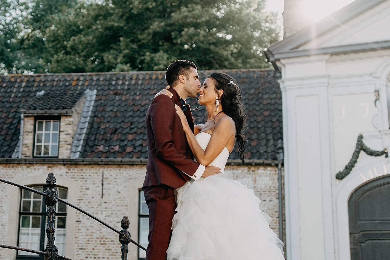 Brugge huwelijksreportage bruidspaar kust op brug