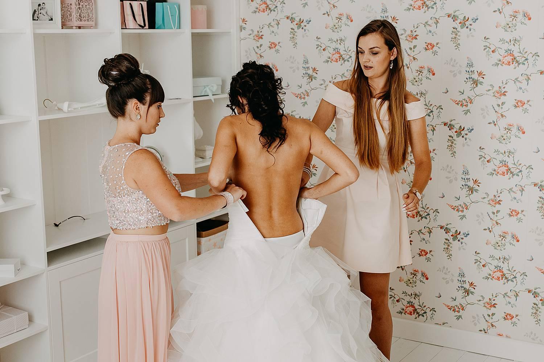 Bruid met open rug aankleden