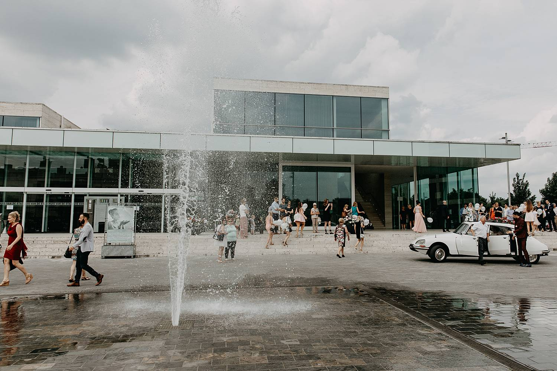 Stadhuis Lommel plein met fonteinen