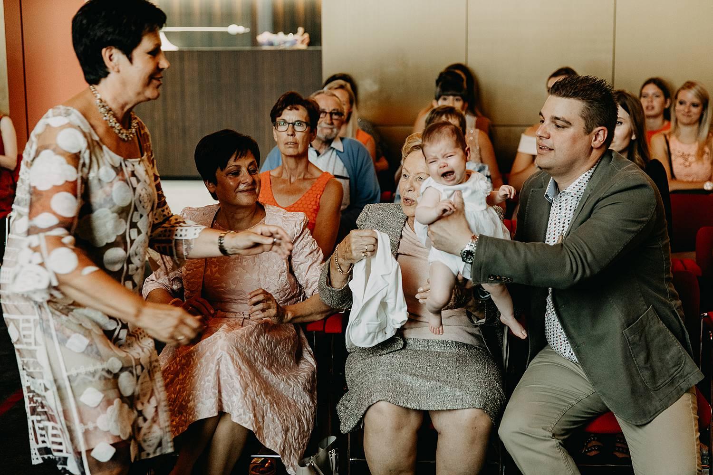 Stadhuis Lommel trouwzaal huilende baby doorgeven