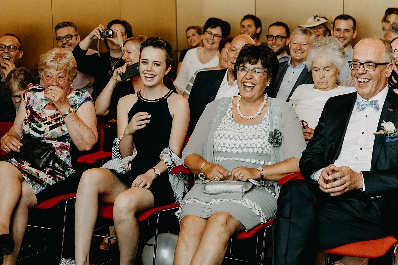 Stadhuis Lommel familie lacht en kijkt