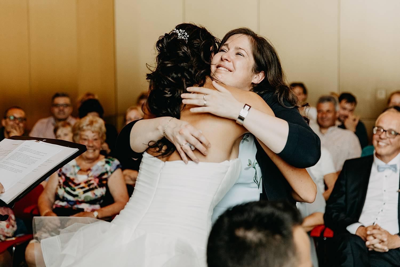 Stadhuis Lommel bruid groet vriendin